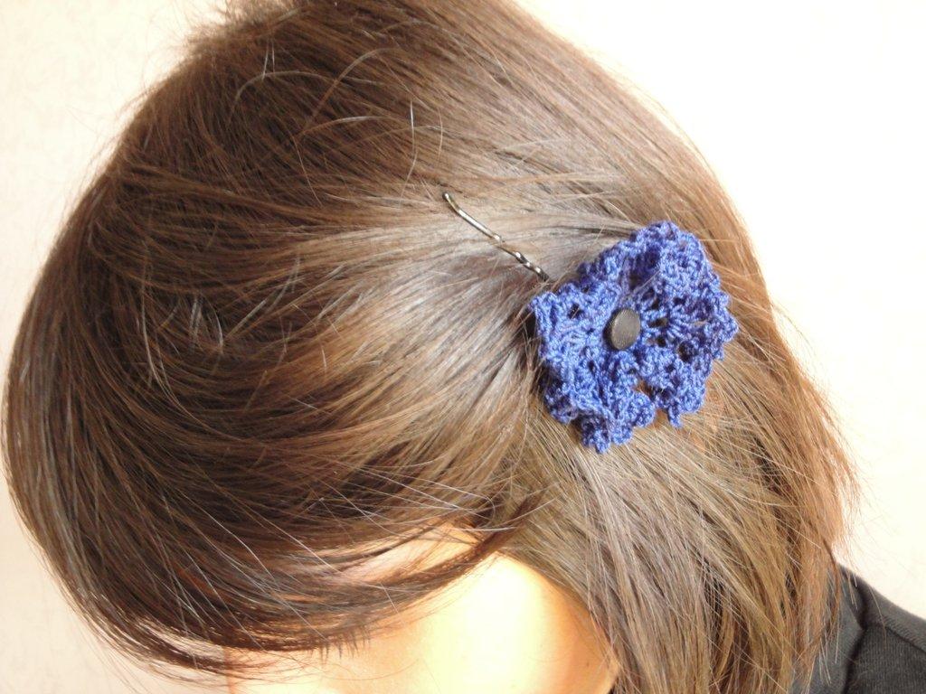 Mollettina per capelli crochet con bottoncino nero foderato