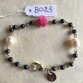Bracciale con rosa in resina, perline di ematite e perle naturali.