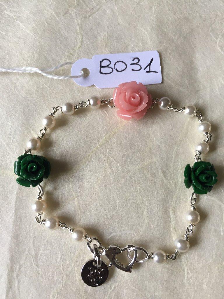 Bracciale con roselline in resina e piccole perle.