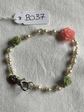 Bracciale con rose in resina e piccole perle.