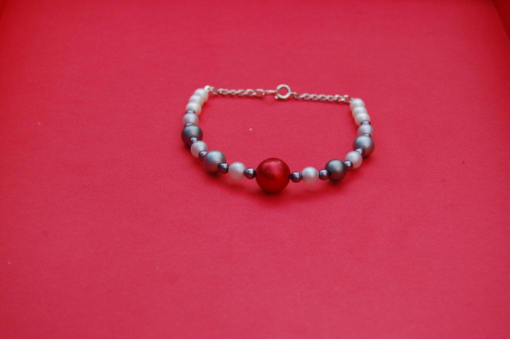 Braccialetto con perle opache
