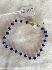 Bracciale in acciaio con perline in agata blu sfaccettata.