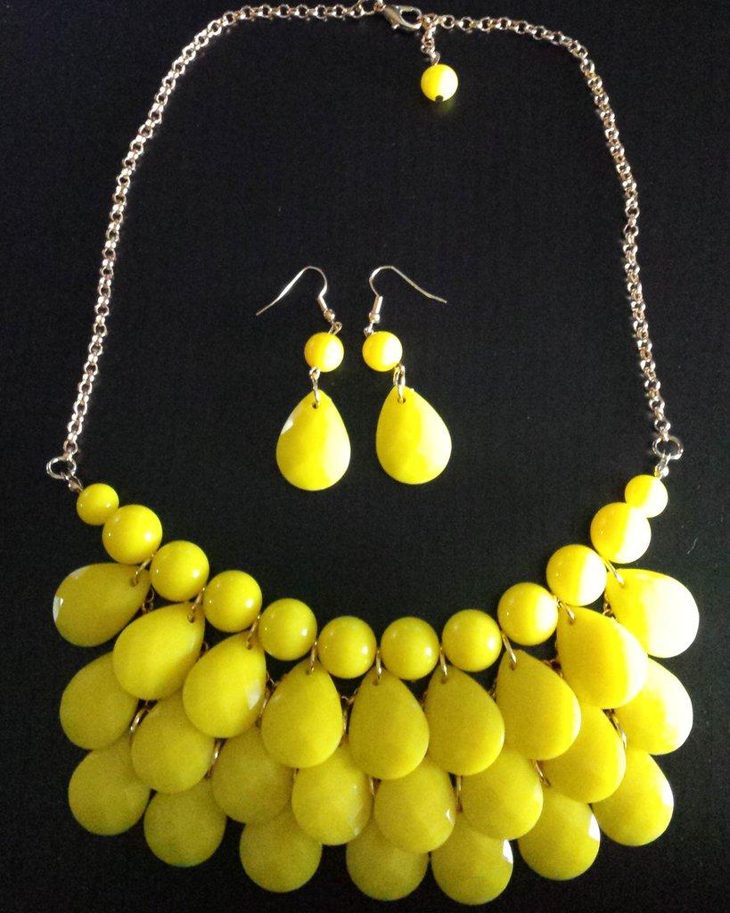 Parure orecchini e collana con pendenti gialli a goccia
