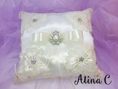 Flò cuscinetto portafedi in raso bianco con applicazioni di fiori in pizzo avorio con fiocco di raso e strass, sposa, matrimonio,wedding,