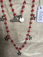 Collana girocollo con perline di agata corallo e ciondoli in metallo a forma di stelle.