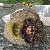 Borsellino in stoffa clic clac con fiore di lana