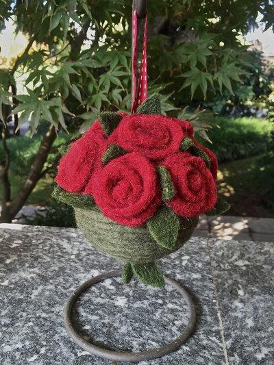 Natale - pallina di Natale con rose in lana cardata