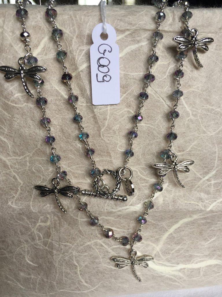 Collana girocollo con cristalli Swarovski e ciondoli in metallo a forma di libellula.