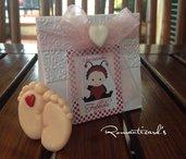 Bomboniera con calamita di piedini e scatolina personalizzata by Romanticards