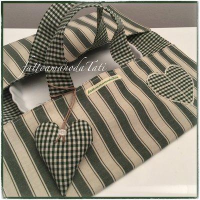 Porta torte in cotone a righe e quadretti verdi e beige con appliquè cuore a quadretti verdi