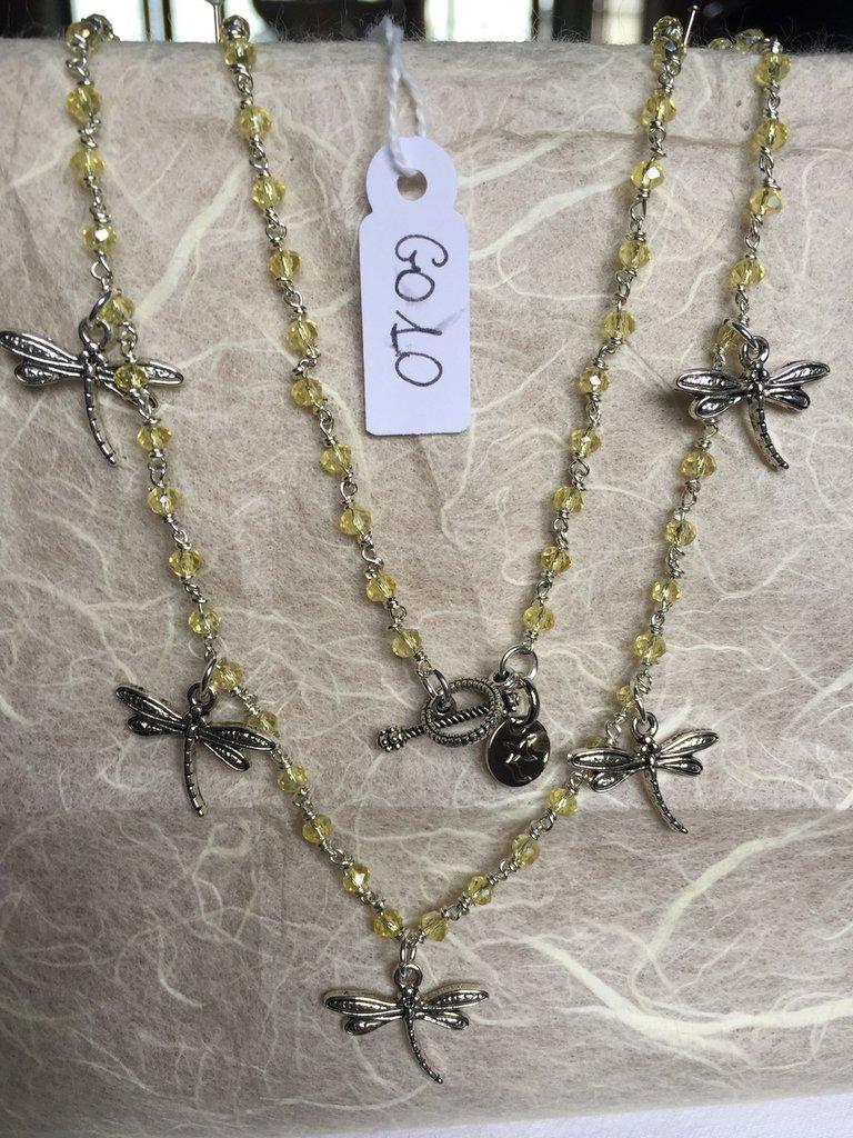 Collana girocollo con cristalli Swarovski gialli e ciondoli in metallo a forma di libellule.