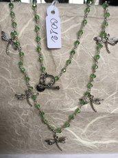 Collana girocollo con cristalli Swarovski verdi e ciondoli in metallo a forma di libellule.