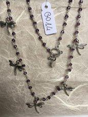 Collana girocollo con perline di ametista e ciondoli in metallo a forma di libellule.
