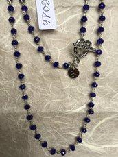 Collana girocollo con perline di agata blu sfaccettata.