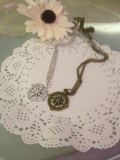 collana color argento o bronzo con ciondolo bussola