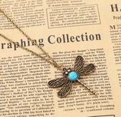collana color bronzo con ciondolo a forma di libellula decorato con cabochon azzurro e strass