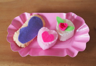 Tris di pasticcini romantici.Toni del rosa,lilla.Feltro.Fatto a mano.Bomboniera,dono,complemento d'arredo,spilla spiritosa.