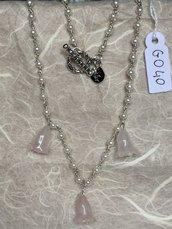 Collana girocollo con piccole perle e ciondoli di quarzo rosaa forma di fiore.