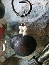Orecchini con maxi bottoni ,perline di vetro e perle in acrilico bianche