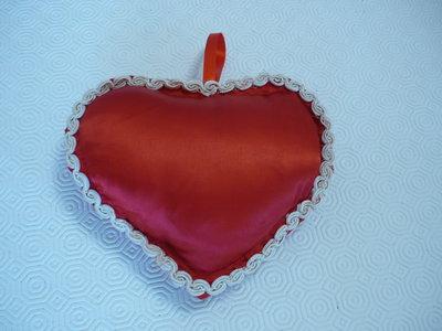Grande cuore di raso rosso con pizzo macramè