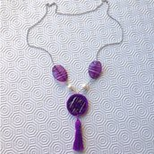 Collana lunga con nappina, perle e uncinetto ciclamino, fatta a mano