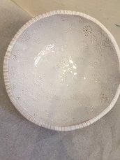 Ciotola in ceramica e modellata a mano