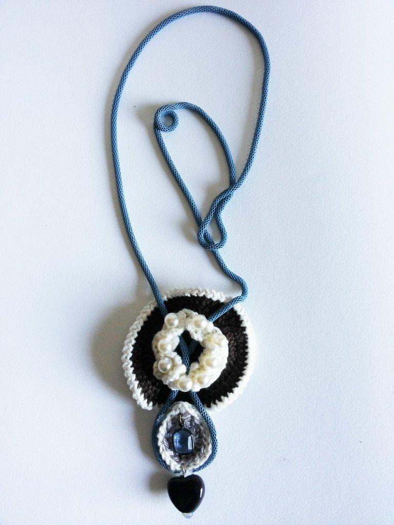collana coda di topo lilla e ciondolo realizzato all'uncinetto bianco marrone e azzurro con perle pietre e cuoricino terracotta