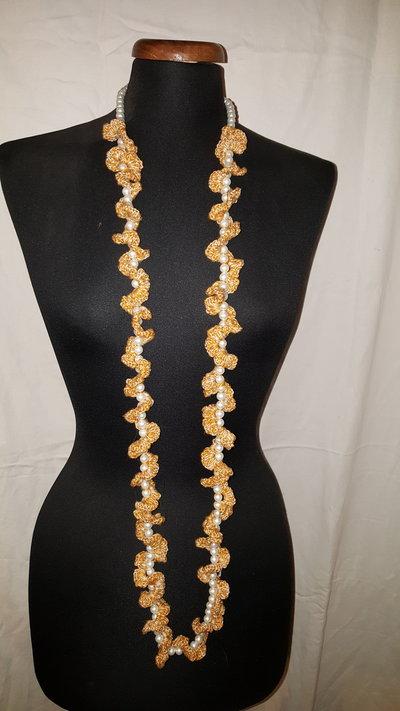 collana perle bianche e pizzo beige