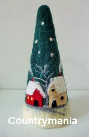albero di Natale con casette di lana cardata