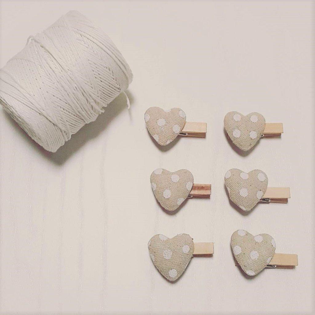 Mollette di legno con cuori di tessuto