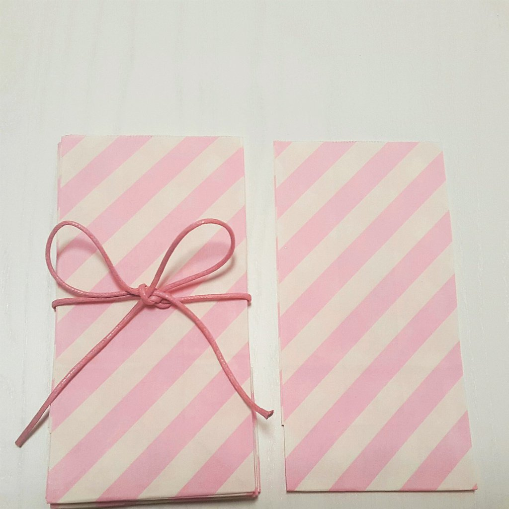 Sacchetti di carta a righe bianche e rosa