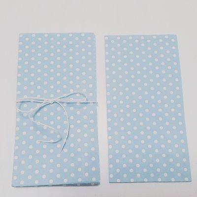 Sacchetti di carta celesti a pois bianchi