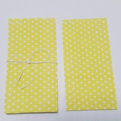 Sacchetti di carta gialla con pois bianchi