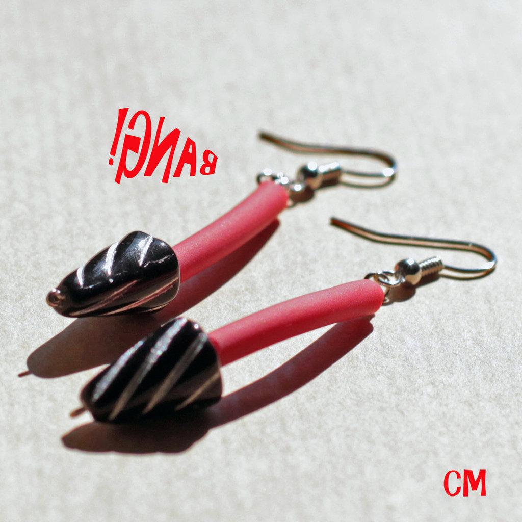 Orecchini Pop in caucciù rosso e perle nere in vetro di Boemia