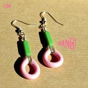 Orecchini Pop con caucciù rosa e perle in vetro verdi