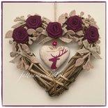 Cuore di vimini naturale decorato con rose di lino color ciclamino e cuore con cervo