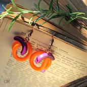 Orecchini pendenti arancioni con perle in avorio vegetale