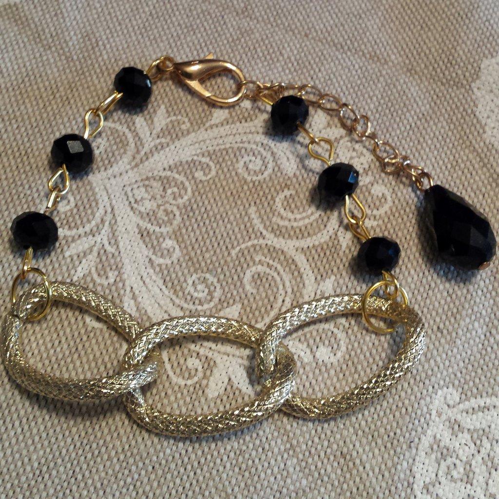 Bracciale con catena dorata e cristalli neri