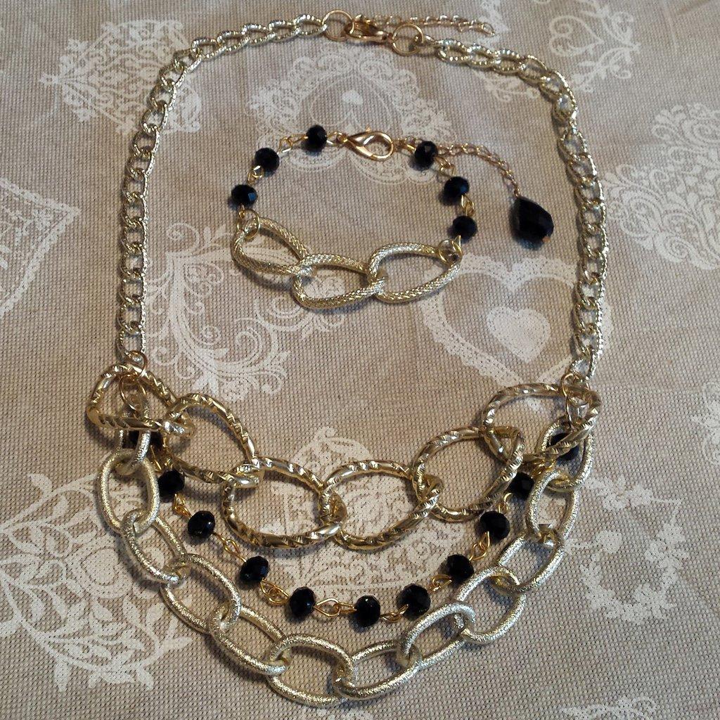 Collana multilayer con catena dorata e cristalli neri