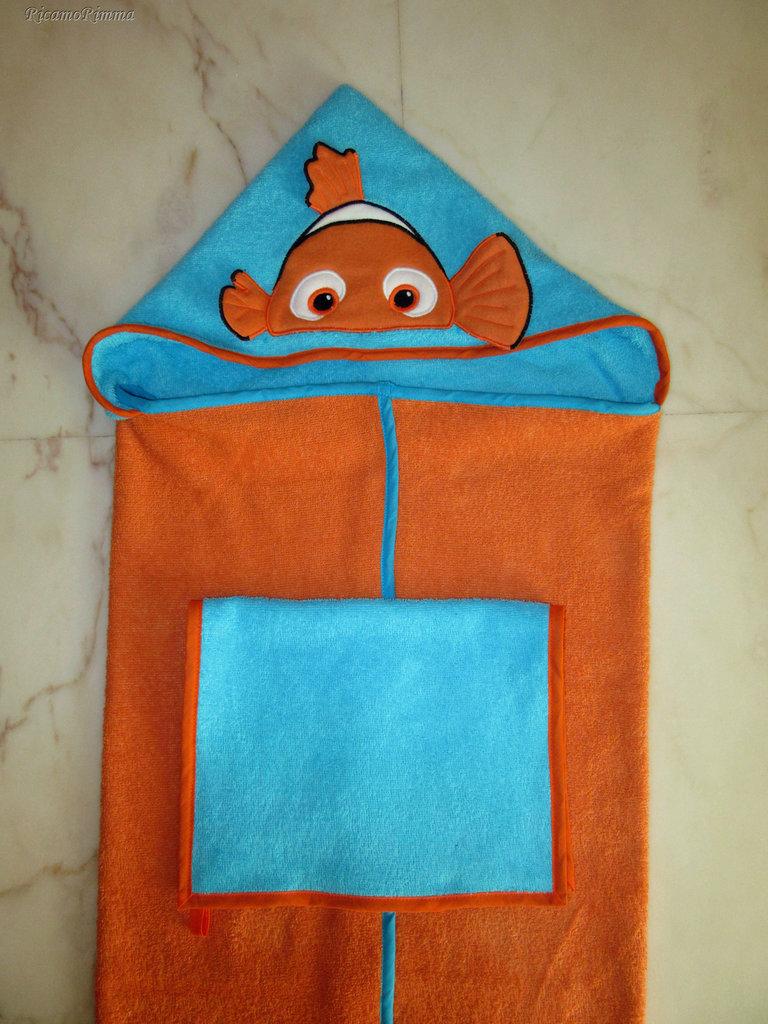 """Set accappatoio a mantello """"Alla ricerca di Nemo"""" + asciugamano mani/viso"""
