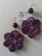 Orecchini con palla in agata viola e fiore tono su tono ad uncinetto