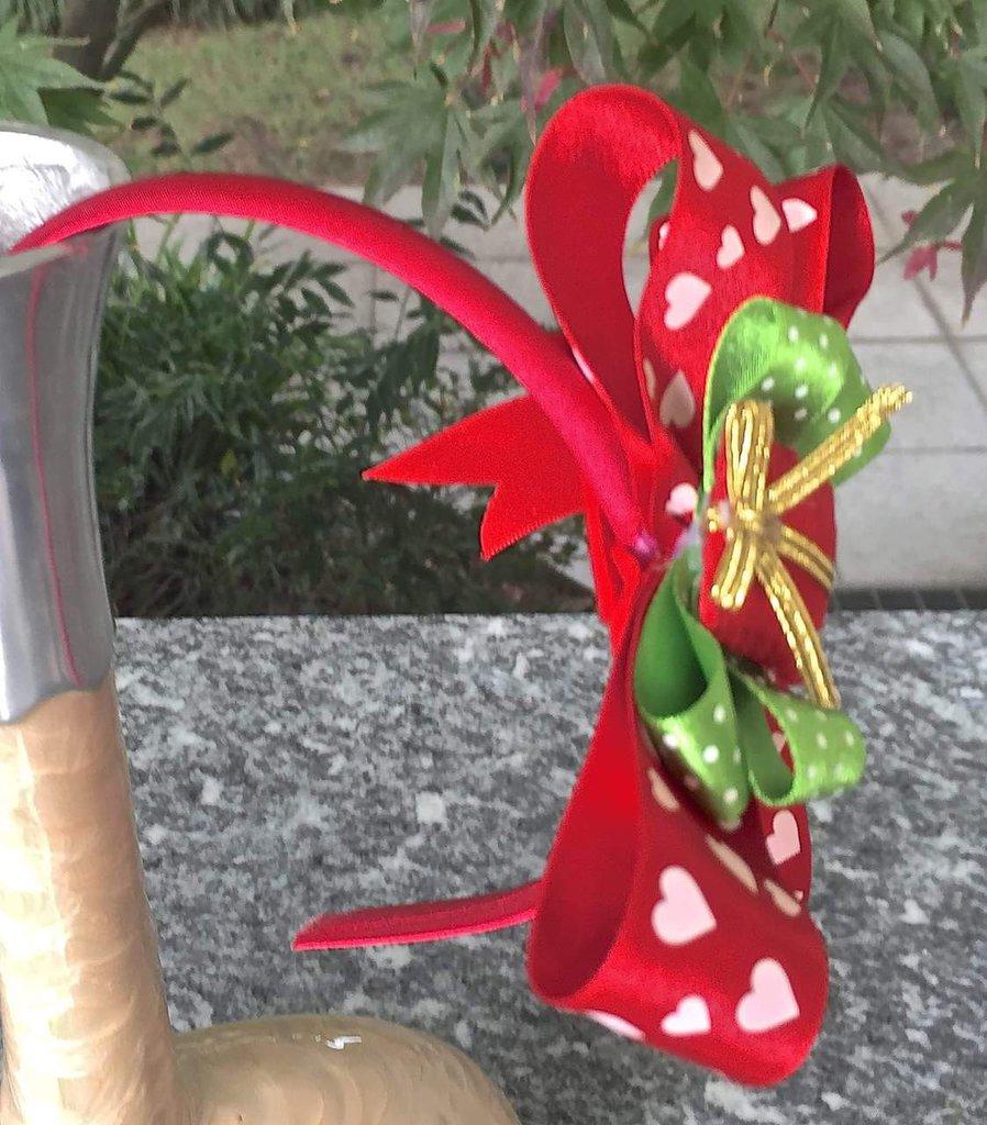 Cerchietto per capelli con fiocco e pacchettino regalo