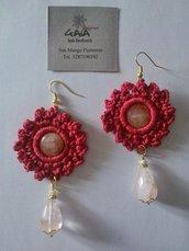 Orecchini con cerchio in seta rossa lavorata ad uncinetto con pietra centrale, goccia in quarzo rosa