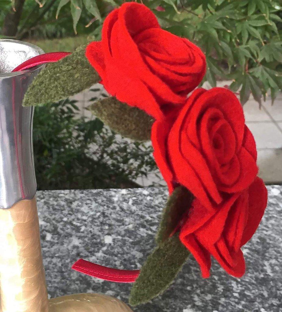 Cerchietto per capelli con tre rose rosse in feltro