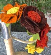 Cerchietto con quattro fiori in feltro e foglie