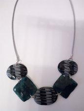 collana girocollo formato da 5 inserti in gel uv, 2 quadrati verde smeraldo  e 3 ovali colore verde smeraldo e grigio