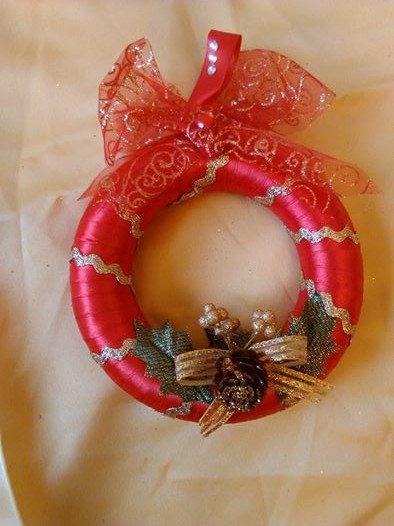 ghirlanda natalizia realizzata a mano