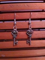 Orecchini pendenti chiave, in metallo.