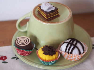 SET 4 cioccolatini in feltro.Praline,cremino,girella. Gioco,segnaposto,bomboniera.Possibile creare spilla golosa.