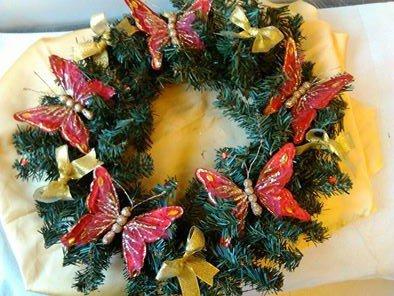 ghirlanda natalizia con farfalle